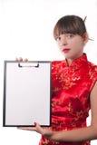 Mädchen hält ein Faltblatt an Lizenzfreies Stockbild