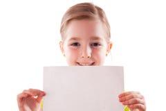 Mädchen hält ein leeres Blatt Papier lizenzfreie stockbilder