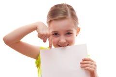 Mädchen hält ein leeres Blatt Papier stockbild