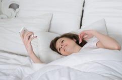 Mädchen hält ein Telefon lizenzfreies stockbild