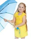 Mädchen hält einen blauen Regenschirm in ihren Händen Lizenzfreies Stockbild