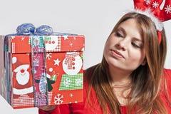 Mädchen hält Geschenk Stockfotografie