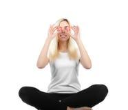 Mädchen hält vor den Augen von zwei Inneren an Lizenzfreies Stockbild
