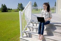 Mädchen am Häuschen Lizenzfreie Stockfotos