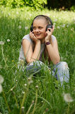 Mädchen hören Musik Stockbild