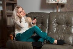 Mädchen hört Musik Lizenzfreie Stockfotografie