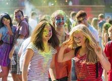 Mädchen haben Spaß während des Festivals der Farbe Lizenzfreie Stockfotos