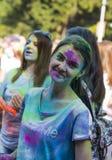 Mädchen haben Spaß während des Festivals der Farbe Lizenzfreies Stockfoto