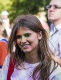Mädchen haben Spaß während des Festivals der Farbe Lizenzfreie Stockfotografie