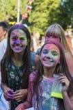 Mädchen haben Spaß während des Festivals der Farbe Stockfoto