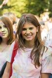 Mädchen haben Spaß während des Festivals der Farbe Lizenzfreies Stockbild