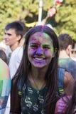 Mädchen haben Spaß während des Festivals der Farbe Stockfotos