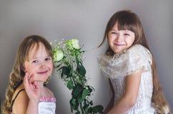 Mädchen halten Blumen Lizenzfreie Stockfotografie