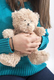 Mädchen halten teddybear, Nahaufnahme auf Weiß Stockbild