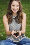 Mädchen-Handvoll Cherry Smiling Happiness Outdoors Concept lizenzfreie stockfotos