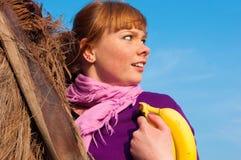 Mädchen hat Spaß mit einer Banane Lizenzfreie Stockfotografie