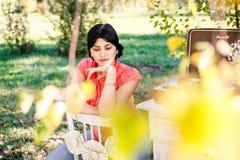 Mädchen - Herbst, der auf Aufzeichnungen hört Stockfoto