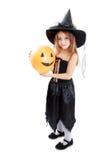 Mädchen in Hexenhalloween-Kostüm lizenzfreies stockbild