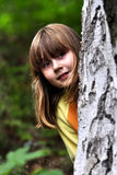 Mädchen hinter einem Baum Lizenzfreie Stockfotos