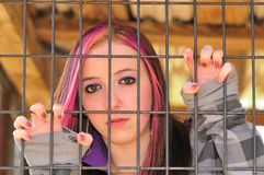 Mädchen hinter Stab Lizenzfreies Stockbild