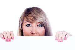 Mädchen hinter weißem Vorstand Stockfoto