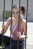 Mädchen hinter Zaun Stockfotos