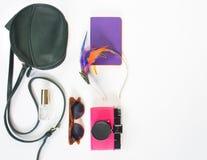 Mädchen, Hippiematerialhintergrund Grüne Quertasche, Retro- braune Sonnenbrille, rosa Retro- Kamera, lila Notizbuch, buntes Stirn stockbilder