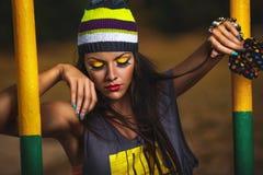 Mädchen hipste auf Sportplatz Stockfotografie