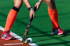 Mädchen-Hockey-rote Schuh-Handsteuerknüppel-Kugel   Stockbilder