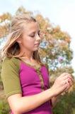 Mädchen-Holding-Blume stockfoto