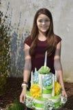 Mädchen holt den Geburtstagskuchen, der vom Toilettenpapier gemacht wird stockbilder
