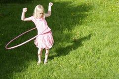 Mädchen Hula Hooping Stockfoto
