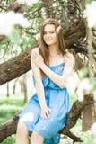 Mädchen im üppigen Apfelgarten im Frühjahr lizenzfreies stockfoto