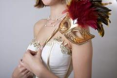 Mädchen im Abendkleid mit einer Karnevalsschablone Lizenzfreies Stockfoto