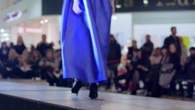 Mädchen im Abendkleid und Schuhe gehen auf Podium, neue stilvolle Kleidung der Darstellung auf Modeschau stock footage