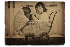 Mädchen im antiken Kinderwagen Lizenzfreie Stockbilder
