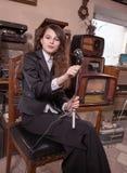 Mädchen im Antiquitätengeschäft Stockfotos