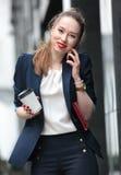 Mädchen im Anzug sprechend an einem Handy Lizenzfreies Stockbild