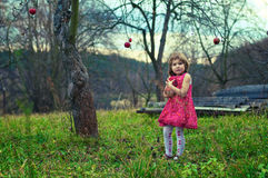 Mädchen im Apfelgarten Stockfotos