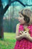 Mädchen im Apfelgarten lizenzfreies stockfoto