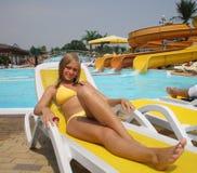 Mädchen im aquapark stockfoto
