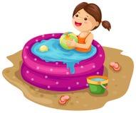 Mädchen im aufblasbaren Pool Stockbild