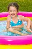 Mädchen in einem aufblasbaren Pool Lizenzfreie Stockfotos
