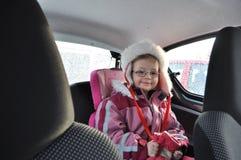 Mädchen im Auto lizenzfreie stockfotos