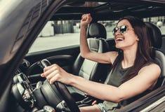 Mädchen im Auto lizenzfreies stockbild