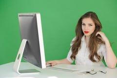 Mädchen im Büro gestoppt, um zu denken Stockbilder