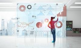 Mädchen im Büroinnenraum in der Maske der virtuellen Realität unter Verwendung der innovativen Technologien Gemischte Medien lizenzfreies stockfoto
