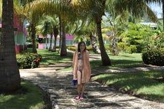 Mädchen im Badeanzug mit Tuch steht Lizenzfreies Stockbild