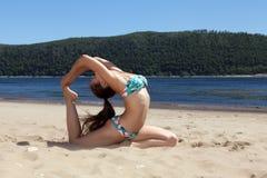 Mädchen im Badeanzug teilgenommen an Yoga Lizenzfreie Stockbilder