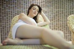 Mädchen im Badekurort Stockfoto